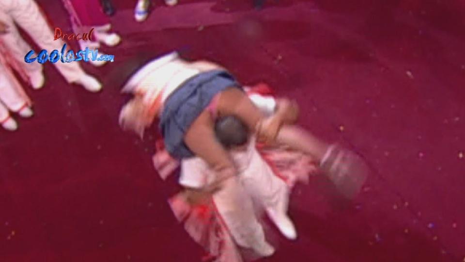 Laura G Upskirt Minifalda Gris Calzones Rosas Culo Marcado Hd