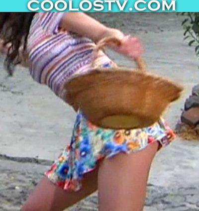 Melissa Barrera Descuido en Minifalda Enseñando Culo (Upskirt)